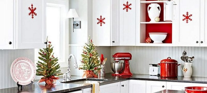 red-and-white-christmas-decorations-in-kitchen-900x900